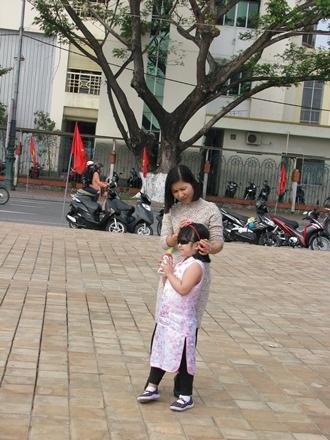 Mẹ và con gái đi chơi xuân