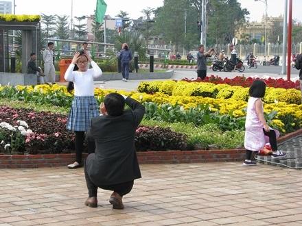 Cô bé được ba chụp hình cho tại đường hoa Bạch Đằng