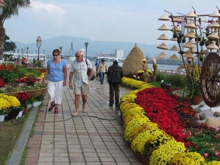 Hai vợ chồng người Tây tham quan đường hoa Bạch Đằng