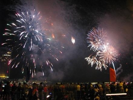 Nhiều người dân đổ về cầu sông Hàn và cầu Rồng để xem pháo hoa. (ảnh: Khánh Hồng)