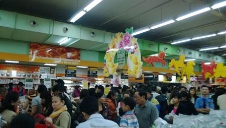 Các siêu thị luôn đông nghịt người mua sắm Tết