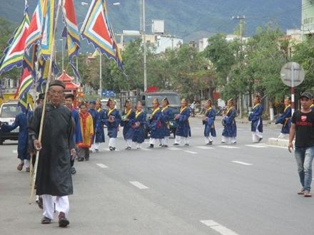 Nghi thức rước thần về đình làng dự lễ tế