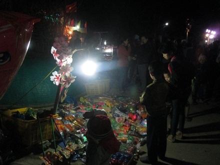 Người làng thích thú với hội chợ quê