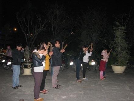 Nhiều người đi chùa rằm tháng Giêng cầu mong một năm mới bình an