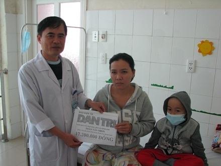 Đại diện bệnh viện Phụ sản - Nhi Đà Nẵng trao tiền của bạn đọc Dân trí cho hai mẹ con cháu Tuấn