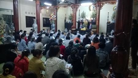 Phật tử và người dân đọc kinh niệm phật tại chùa Quang Minh