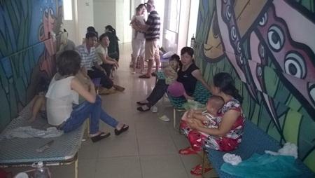 Nhiều phòng bệnh phải kê thêm giường ngoài hành lang