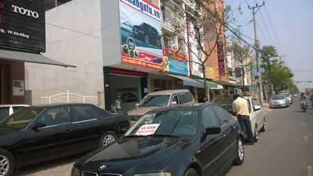 Xe hơi cũ được rao bán dưới lòng đường