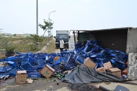 Chiếc xe tải bị lật nhào, nhiều thùng nước ngọt đổ tràn ra đường