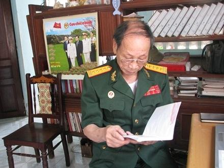 Đại tá Nguyễn Văn Chước xem lại cuốn hồi ký Cuộc đời binh nghiệp của mình