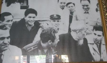 Ông Bình (đội mũ - phía sau lưng Bác Hồ) chụp hình với Bác Hồ và ông