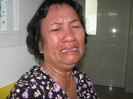 Bà Vinh khóc nghẹn ngào khi nghe tin đứa cháu trai của mình bị bệnh ung thư máu