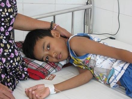 Cháu Tùng đang được điều trị tại Bệnh viện Phụ sản – Nhi Đà Nẵng