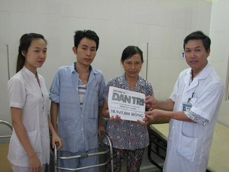 Bác sĩ Huỳnh Tấn Tuệ trao tiền của bạn đọc ủng hộ cho hai mẹ con em Phan Văn Nghĩa