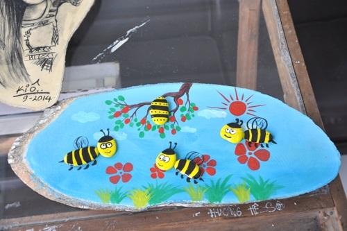 Bức tranh những chú ong rất sinh động từ những viên sỏi nhỏ