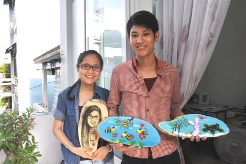 Kim Oanh và Nam với những tác phẩm của mình