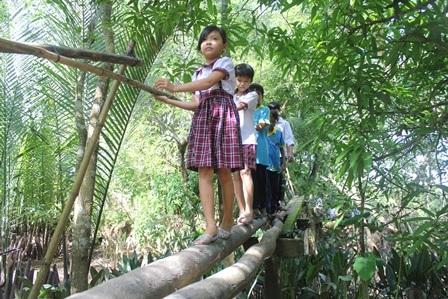 """""""Ngày nào cũng qua cây cầu này, con rất sợ bị rơi xuống kênh!"""" - 1"""