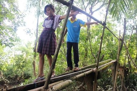 Nguy hiểm luôn rình rập khi các cháu nhỏ đi qua cây cầu này.
