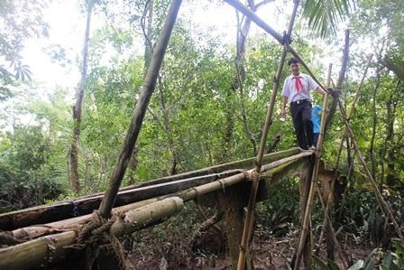 Những em học sinh mong ước có cây cầu bê tông để thuận tiện việc đi học hàng ngày.