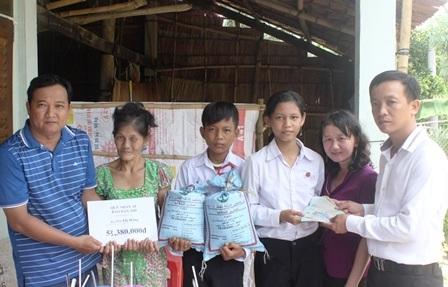 Phóng viên Dân trí cùng lãnh đạo chính quyền địa phương trao tiền, quà do bạn đọc ủng hộ cho gia đình bà Hằng