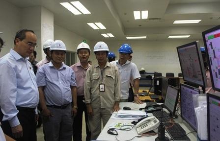 Ông Nguyễn Thiện Nhân kiểm tra hệ thống kiếm soát khí thải tại Nhà máy Nhiệt điện Duyên Hải
