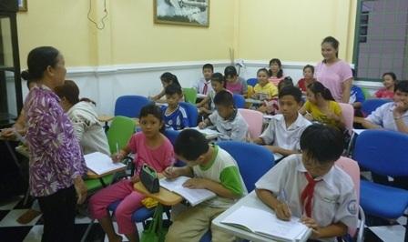 Cô giáo làng mở lớp dạy tiếng Anh miễn phí cho trẻ em, công nhân nghèo - 1