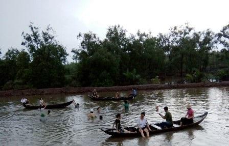 Ngoài thu hoạch thủy sản người dân còn làm du lịch sinh thái bên tán rừng