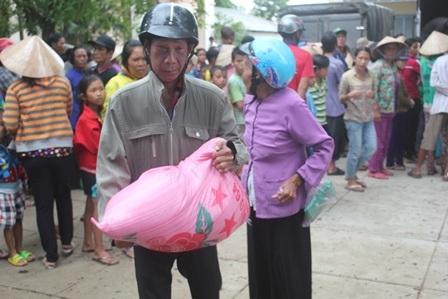 Người nghèo được nhận gạo, tiền mặt từ gia đình chị Đào