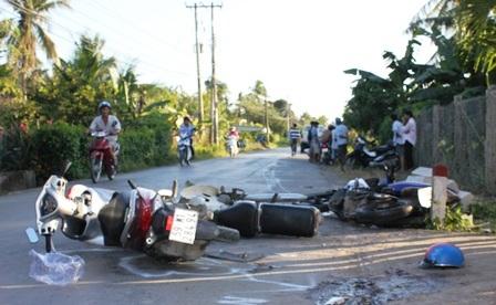 Tại hiện trường vụ tai nạn, 4 chiếc xe máy nằm la liệt.