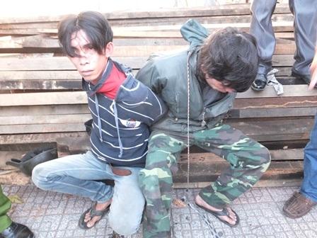 Hai kẻ trộm chó bị người dân bắt giữ