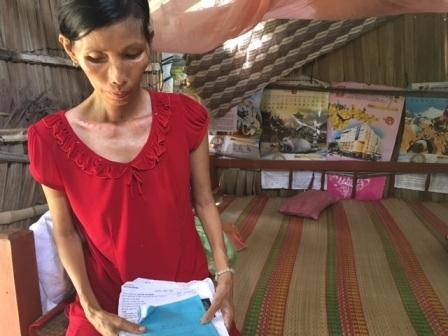 Bà Sương bất lực bên hồ sơ bệnh án vì nhà quá nghèo