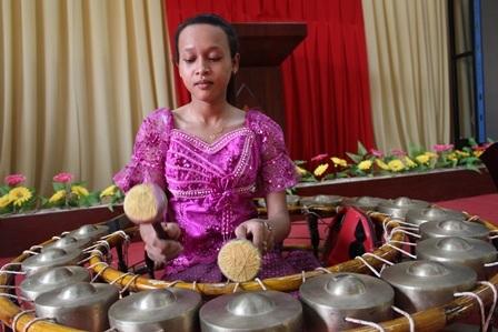 Nữ sinh Ni Ta biết sử dụng nhiều nhạc cụ của đồng bào Khmer.