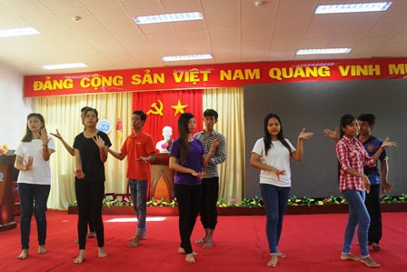 Sinh vên Khmer tập những điệu múa truyền thống của đồng bào dân tộc mình.
