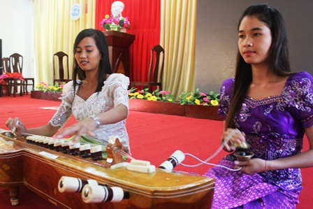 Nữ sinh viên Trường Đại học Trà Vinh đam mê nghệ thuật truyền thống.