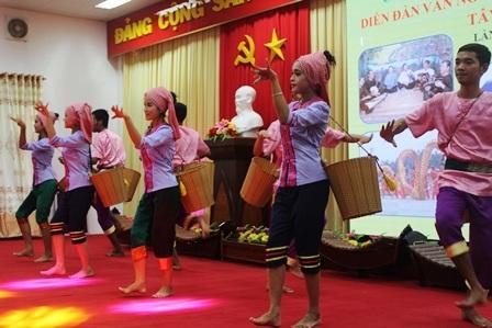 Sinh viên Trường Đại học Trà Vinh biểu diễn tiết mục múa truyền thống.