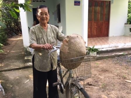 Bà lão 76 tuổi giữ bình yên cho xóm làng - 1