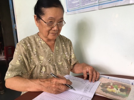 Bà lão 76 tuổi giữ bình yên cho xóm làng - 2