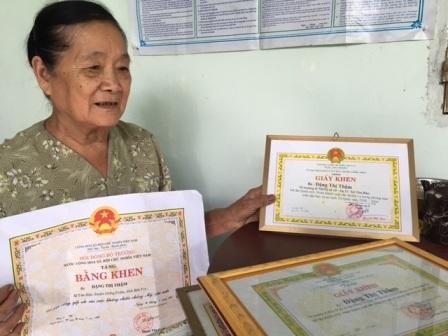 Bà lão 76 tuổi giữ bình yên cho xóm làng - 3
