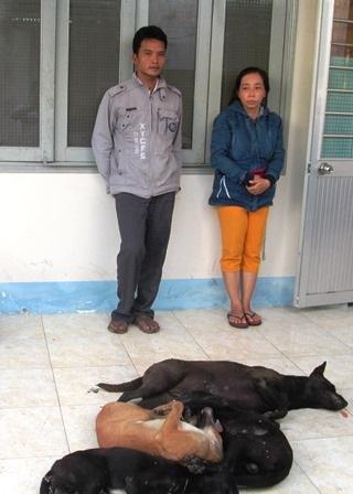 Hai nghi phạm cùng tang vật tại cơ quan công an (Ảnh: P.V)