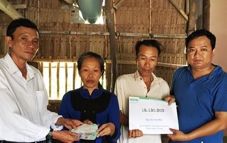 Phóng viên Dân trí cùng lãnh đạo chính quyền địa phương trao tiền bạn đọc ủng hộ giúp gia đình bà Mới