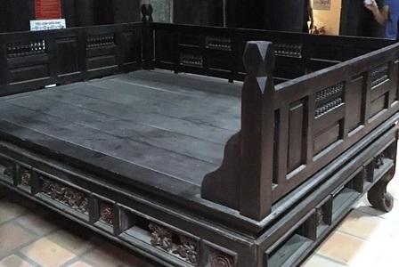 Chiếc giường làm bằng gỗ quý