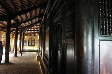 Bên trong ngôi nhà có 48 cây cột tròn bằng gỗ quý