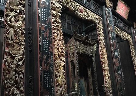 Khu gian thờ được chạm khắc, sơn son thiếp vàng rất độc đáo