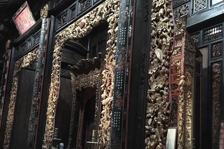 Những phiến gỗ được chạm khắc tinh vi