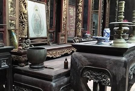 Một số món đồ cổ còn lại ở gian thờ ông bà tổ tiên