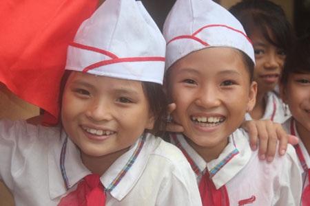 Nụ cười tươi tắn của 2 cô trò nhỏ