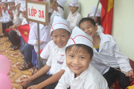 Nụ cười tươi tắn của 2 cậu học trò làm nhiều người quên đi sự vất vả, mệt nhọc trong ngày mưa