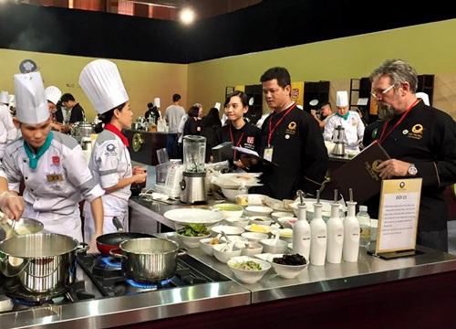 Vòng thi có sự góp mặt của 2 giám khảo: ông Sakal Phoeung là đầu bếp chuyên nghiệp của Pháp, chủ tịch hiệp hội Escoffier Việt Nam với hơn 22 năm kinh nghiệm làm việc tại các nhà hàng, khách sạn cao cấp và ông Norbert Ehrbar (bìa phải) được xem là người khai phá món Âu cho bếp Việt, ông đang giữ cương vị Phó Chủ tịch Hiệp hội Đầu bếp chuyên nghiệp Sài Gòn.