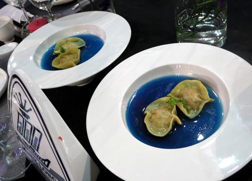 Súp hoành thánh bồ câu nấu hoa đậu biếc có màu xanh rất ấn tượng