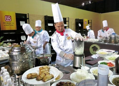 Bếp trưởng Lê Văn Hải mong muốn những gia vị, nguyên liệu của quê hương được lên bàn tiệc cùng những món cao cấp của quốc tế